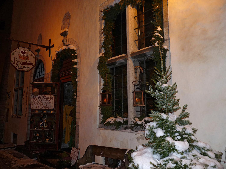 """Загадочность лавки """"Крамбуде"""" в этот зимний вечер привлекла моё внимание как никогда ранее. Мягкий снег на маленькой ёлочке, неяркие фонари и окно, за которым ... Что же там? Загляну."""