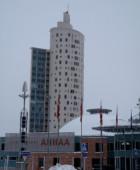 Центр АХХАА на фоне «Улитки»