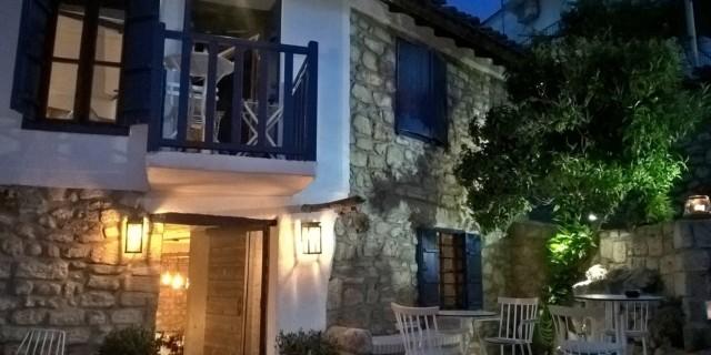 Дом с синим балконом